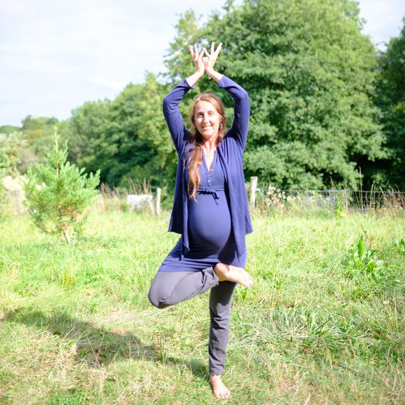 Femme enceinte posture de yoga et ayurvéda