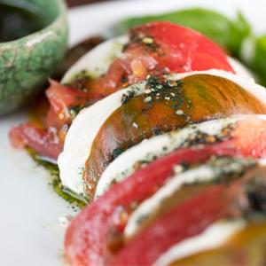 Salade de tomate, mozzarella et vinaigrette de spiruline