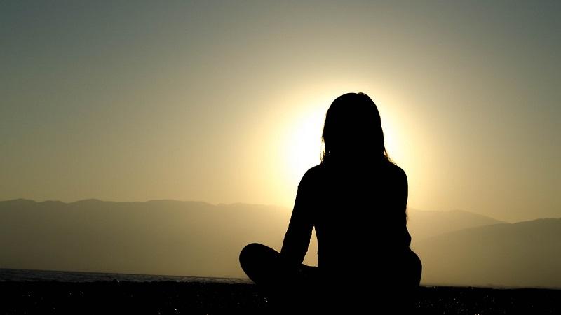 personne-assise-méditation