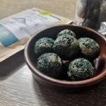 energy balls à la spiruline en poudre et brindilles