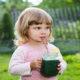 Enfant fille boit un smoothie à la spiruline